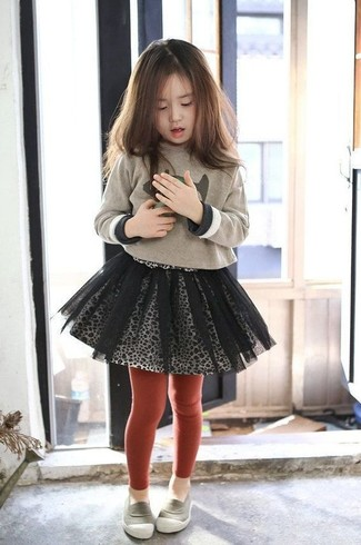 Come indossare e abbinare: maglione stampato beige, gonna in tulle grigia, mocassini eleganti grigi, collant rosso