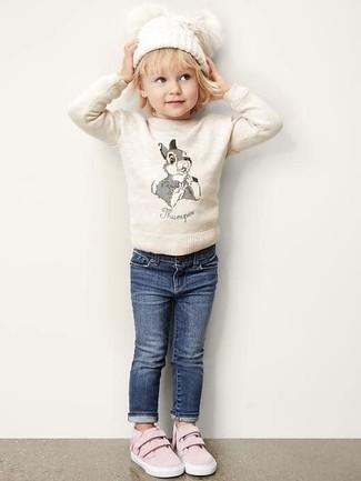 Come indossare: maglione beige, jeans blu scuro, sneakers rosa, cuffia bianco