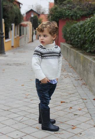 Come indossare e abbinare: maglione con motivo fair isle bianco, camicia a maniche lunghe a quadretti blu, jeans blu scuro, stivali di gomma neri