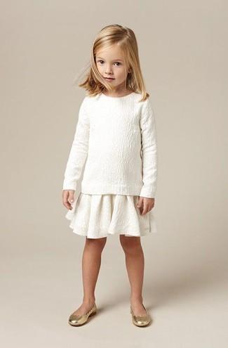 Come indossare e abbinare: maglione bianco, gonna bianca, ballerine dorate