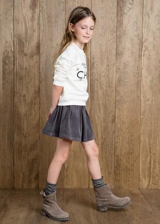 Come indossare: maglione stampato bianco, gonna grigia, stivali in pelle scamosciata grigi, calzini grigi