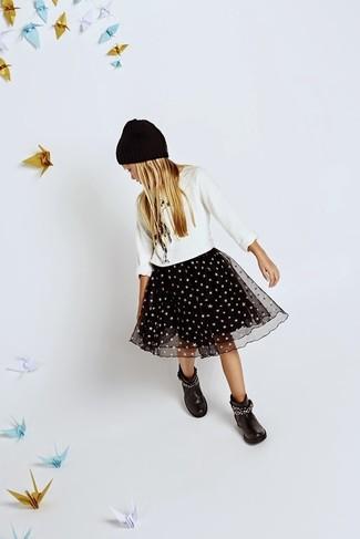Come indossare: maglione bianco, gonna in tulle nera, stivali neri, cuffia nero