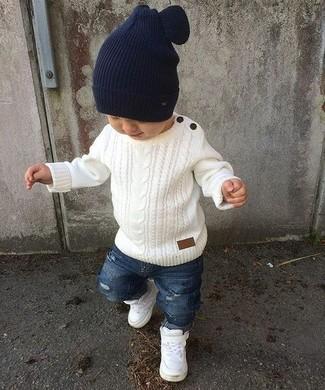 Come indossare: maglione bianco, jeans strappati blu, sneakers bianche, berretto blu scuro