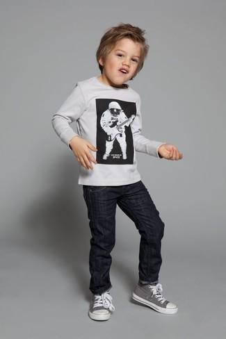 Come indossare e abbinare: maglione bianco, jeans neri, sneakers grigie