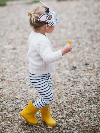 Come indossare: maglione bianco, leggings a righe orizzontali bianchi e neri, stivali di gomma gialli