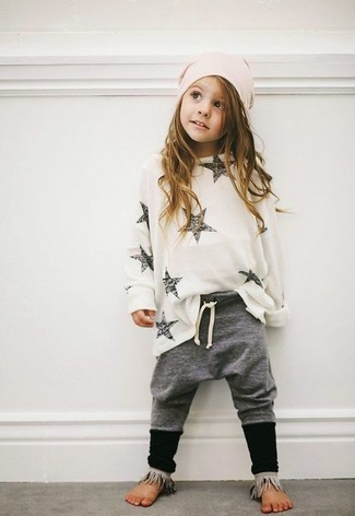 Come indossare e abbinare: maglione bianco, pantaloni grigi, cuffia rosa