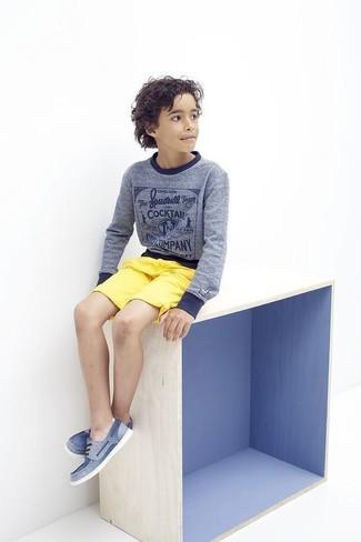 Come indossare e abbinare: maglione blu, pantaloncini gialli, scarpe da barca blu