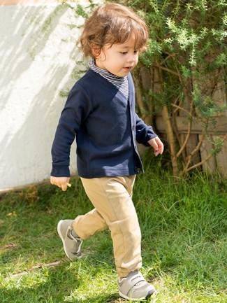 Come indossare e abbinare: maglione a righe orizzontali blu scuro, cardigan blu scuro, pantaloni marrone chiaro, sneakers grigie