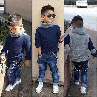 Come indossare: maglione blu scuro, jeans blu scuro, sneakers bianche, sciarpa grigia