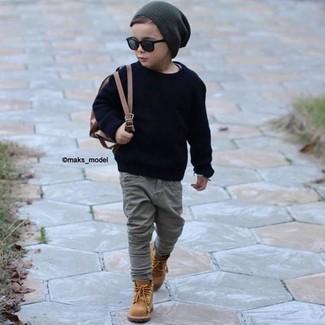 Come indossare: maglione blu scuro, jeans grigi, stivali marrone chiaro, berretto grigio scuro