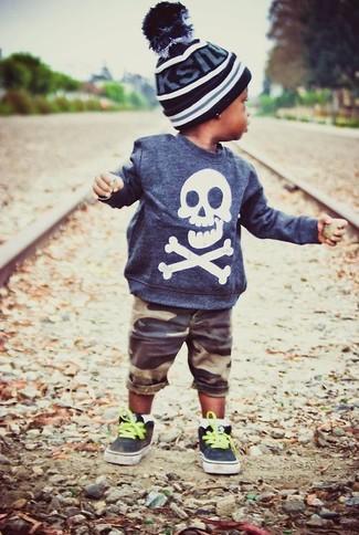 Come indossare: maglione blu scuro, pantaloncini marroni, sneakers nere, berretto nero