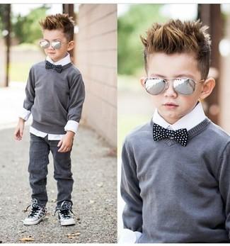 Come indossare e abbinare: maglione grigio, camicia a maniche lunghe bianca, jeans grigi, sneakers bianche