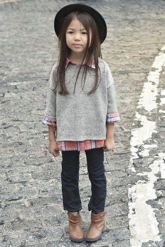 Come indossare e abbinare: maglione grigio, camicia a maniche lunghe rossa, jeans neri, stivali marroni