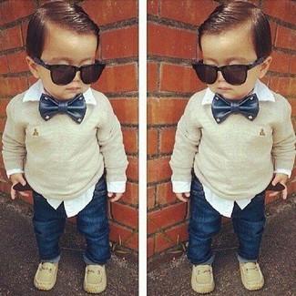 Come indossare: maglione beige, camicia a maniche lunghe bianca, jeans blu scuro, mocassini eleganti beige