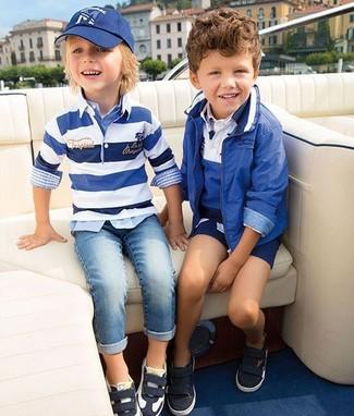 Come indossare: maglione a righe orizzontali bianco e blu, camicia a maniche lunghe scozzese azzurra, jeans azzurri, sneakers nere e bianche