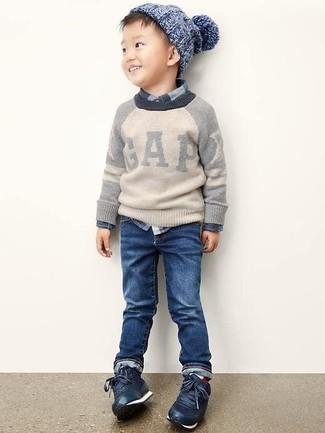 Come indossare e abbinare: maglione grigio, camicia a maniche lunghe scozzese blu scuro, jeans blu scuro, sneakers blu scuro