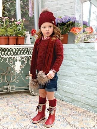 Come indossare: maglione rosso, camicia a maniche lunghe rossa, pantaloncini blu scuro, stivali di gomma rossi