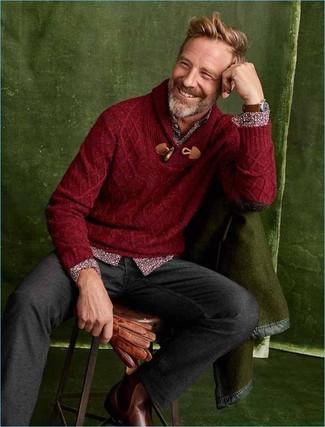 Come indossare e abbinare: maglione con collo a scialle bordeaux, camicia a maniche lunghe a fiori bordeaux, chino di lana grigio scuro, stivali chelsea in pelle marroni