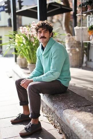 Come indossare e abbinare jeans grigi: Opta per un maglione con collo a scialle verde menta e jeans grigi per vestirti casual. Non vuoi calcare troppo la mano con le scarpe? Opta per un paio di sneakers basse di tela grigio scuro per la giornata.