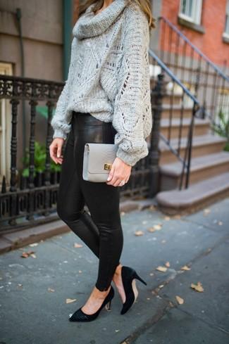 Come indossare e abbinare: maglione con scollo a cappuccio grigio, leggings in pelle neri, décolleté in pelle scamosciata neri, pochette in pelle grigia