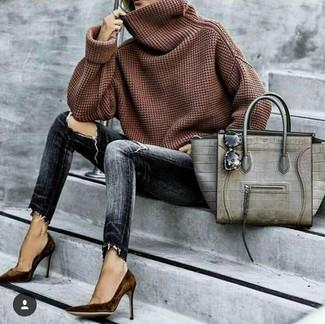 Come indossare: maglione con scollo a cappuccio marrone, jeans aderenti strappati grigio scuro, décolleté in pelle scamosciata marrone scuro, borsa shopping in pelle con stampa serpente grigia