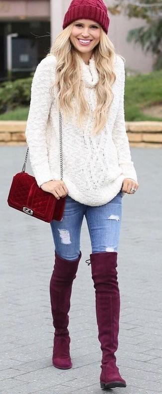 Come indossare: maglione con scollo a cappuccio bianco, jeans aderenti strappati blu, stivali sopra il ginocchio in pelle scamosciata rossi, borsa a tracolla in pelle scamosciata rossa