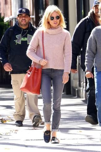 Come indossare: maglione con scollo a cappuccio rosa, jeans grigi, mocassini eleganti in pelle neri, borsa a secchiello in pelle rossa
