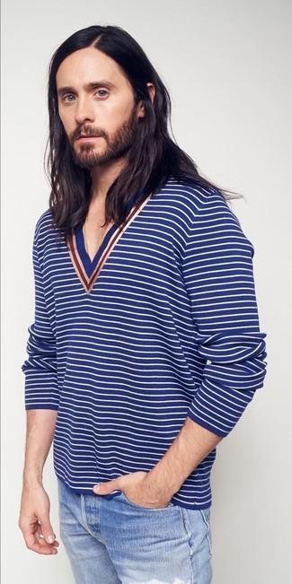 Come indossare: maglione con scollo a v a righe orizzontali blu, jeans strappati azzurri