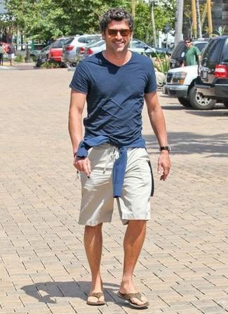 Come indossare e abbinare infradito marroni: Potresti indossare un maglione con scollo a v blu scuro e pantaloncini beige per un look spensierato e alla moda. Per distinguerti dagli altri, scegli un paio di infradito marroni come calzature.
