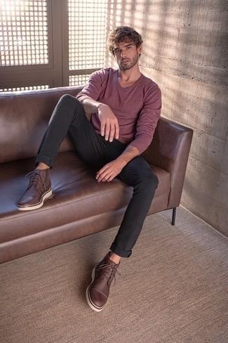 Trend da uomo 2020: Abbina un maglione con scollo a v bordeaux con jeans neri per un pranzo domenicale con gli amici. Ispirati all'eleganza di Luca Argentero e completa il tuo look con un paio di chukka in pelle marrone scuro.
