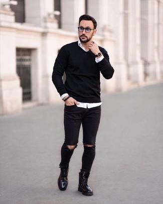 Come indossare e abbinare: maglione con scollo a v nero, camicia a maniche lunghe bianca, jeans aderenti strappati neri, stivali casual in pelle neri