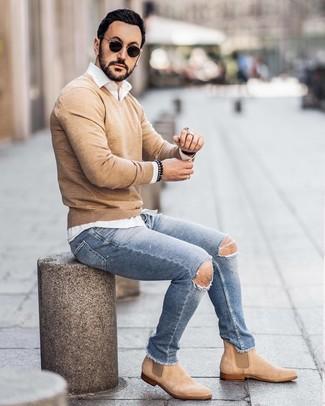 Come indossare e abbinare: maglione con scollo a v marrone chiaro, camicia a maniche lunghe bianca, jeans aderenti strappati azzurri, stivali chelsea in pelle scamosciata marrone chiaro