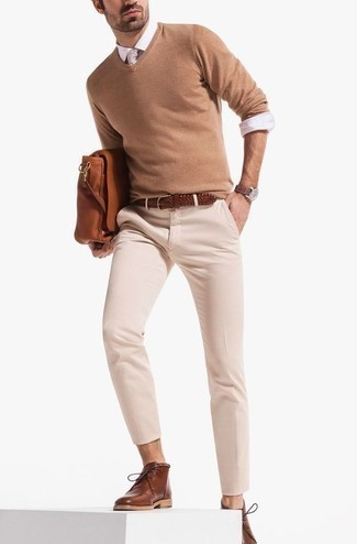 Come indossare e abbinare una cravatta beige: Metti un maglione con scollo a v marrone chiaro e una cravatta beige per un look elegante e alla moda. Non vuoi calcare troppo la mano con le scarpe? Indossa un paio di chukka in pelle marroni per la giornata.