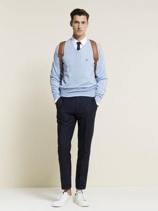 Trend da uomo 2020 in primavera 2021: Metti un maglione con scollo a v azzurro e chino blu scuro per un look trendy e alla mano. Per distinguerti dagli altri, scegli un paio di sneakers basse in pelle bianche. È splendida scelta per un outfit primaverile!