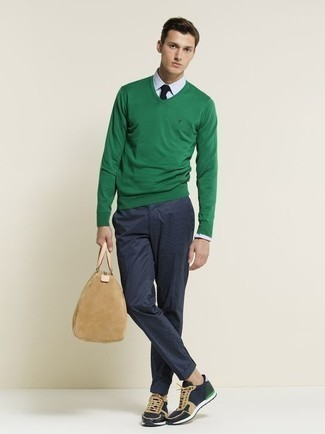 Trend da uomo 2020 in primavera 2021: Vestiti con un maglione con scollo a v verde e chino blu scuro per affrontare con facilità la tua giornata. Se non vuoi essere troppo formale, scegli un paio di scarpe sportive blu scuro come calzature. Un outfit stupendo per essere elegante e alla moda anche in primavera.