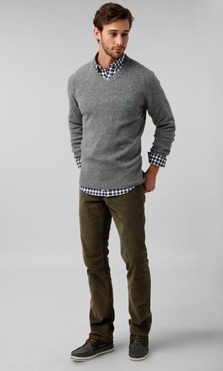 aca4e60a89 Look alla moda per uomo: Maglione con scollo a v grigio, Camicia a ...