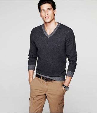 3927513ae4 Look alla moda per uomo: Maglione con scollo a v grigio scuro ...