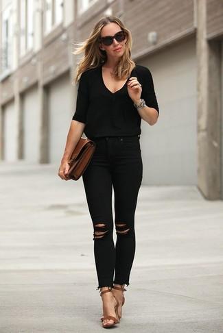 Come indossare e abbinare: maglione con scollo a v nero, jeans aderenti strappati neri, sandali con tacco in pelle marroni, pochette in pelle marrone
