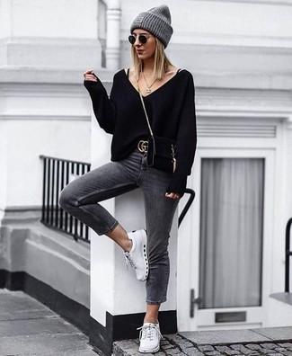 Come indossare: maglione con scollo a v nero, jeans aderenti grigio scuro, sneakers basse bianche, borsa a tracolla in pelle scamosciata nera