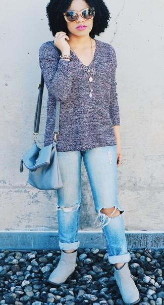 Come indossare: maglione con scollo a v viola, jeans boyfriend strappati azzurri, stivali ugg grigi, borsa a tracolla in pelle azzurra