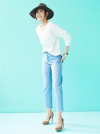 Come indossare: maglione con scollo a v bianco, jeans strappati azzurri, décolleté in pelle marroni, borsalino di lana grigio