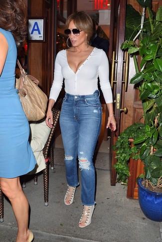 Come indossare: maglione con scollo a v bianco, jeans strappati blu, sandali con tacco di tela beige, occhiali da sole neri