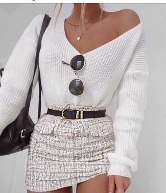 Come indossare e abbinare un maglione con scollo a v bianco e blu: Metti un maglione con scollo a v bianco e blu e una minigonna di tweed beige per un look spensierato e alla moda.