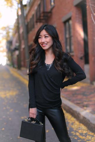 Come indossare: maglione con scollo a v nero, canotta di pizzo nera, pantaloni skinny in pelle neri, borsa a mano in pelle nera