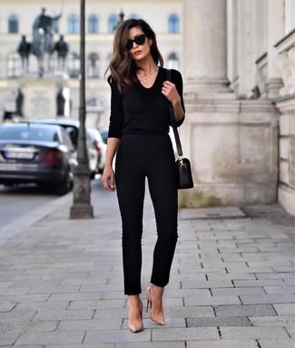 Trend da donna: Scegli un outfit composto da un maglione con scollo a v nero e pantaloni skinny neri e sarai un vero sballo. Perfeziona questo look con un paio di décolleté in pelle marrone chiaro.