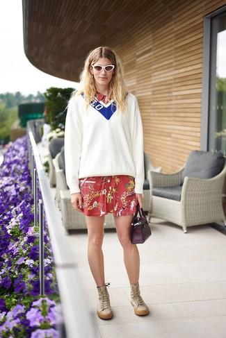 Trend da donna 2021: Abbina un maglione con scollo a v bianco e blu con un vestito chemisier stampato rosso per affrontare con facilità la tua giornata. Prova con un paio di stivali al ginocchio in pelle marrone chiaro per dare un tocco classico al completo.