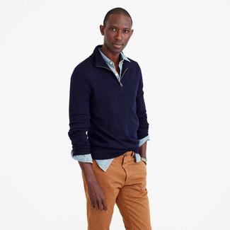 Come indossare e abbinare un maglione con zip blu scuro: Prova a combinare un maglione con zip blu scuro con chino terracotta per un look spensierato e alla moda.