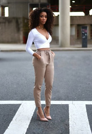 Come indossare e abbinare: maglione corto bianco, pantaloni stretti in fondo marrone chiaro, décolleté in pelle rosa, collana dorata