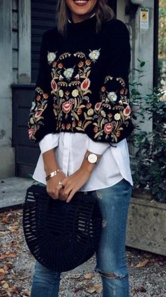 Come indossare: maglione corto ricamato nero, camicia elegante bianca, jeans aderenti strappati blu, pochette in pelle scamosciata nera