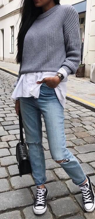 Come indossare e abbinare: maglione corto lavorato a maglia grigio, camicia elegante bianca, jeans strappati azzurri, sneakers basse di tela nere e bianche